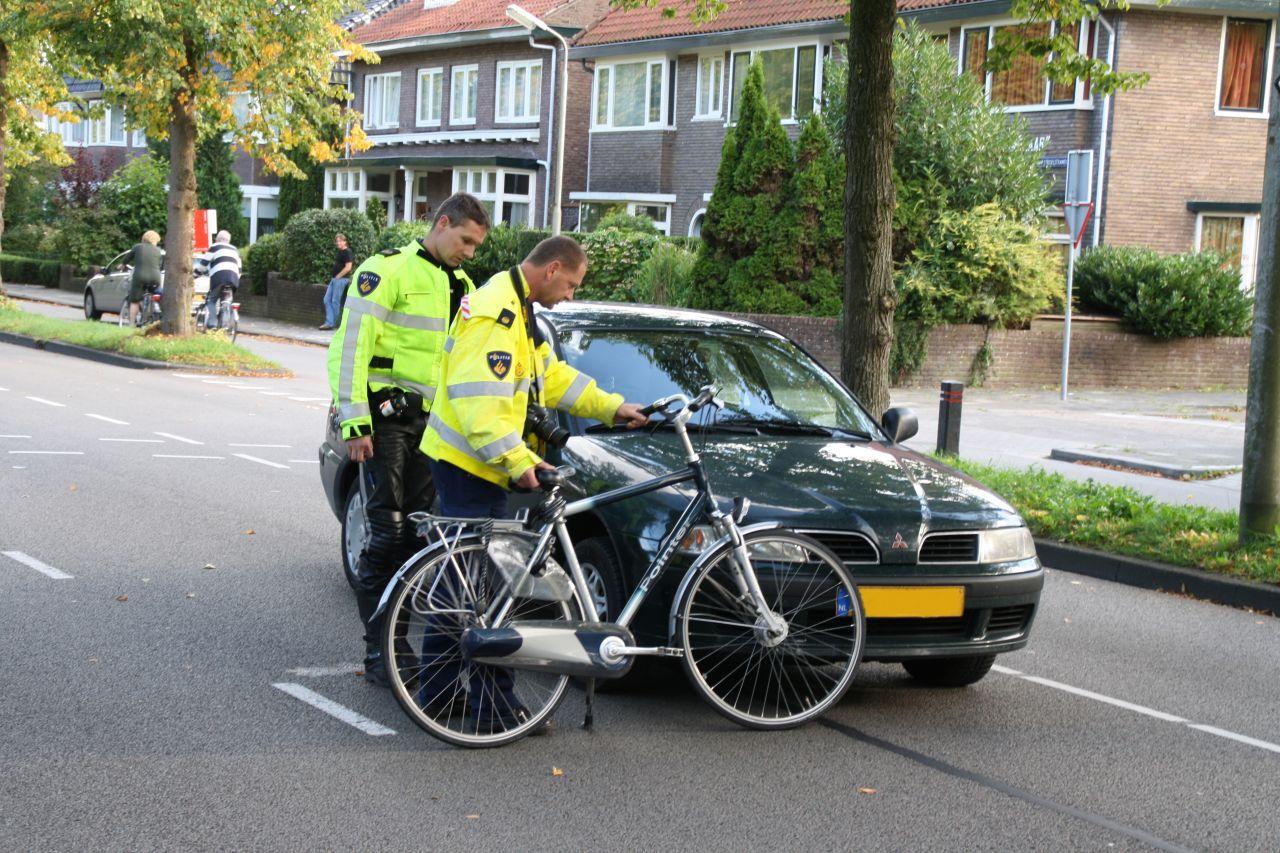 Auto en fietser botsen