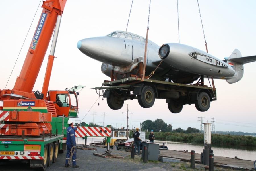Vliegtuig op transport over weg en water