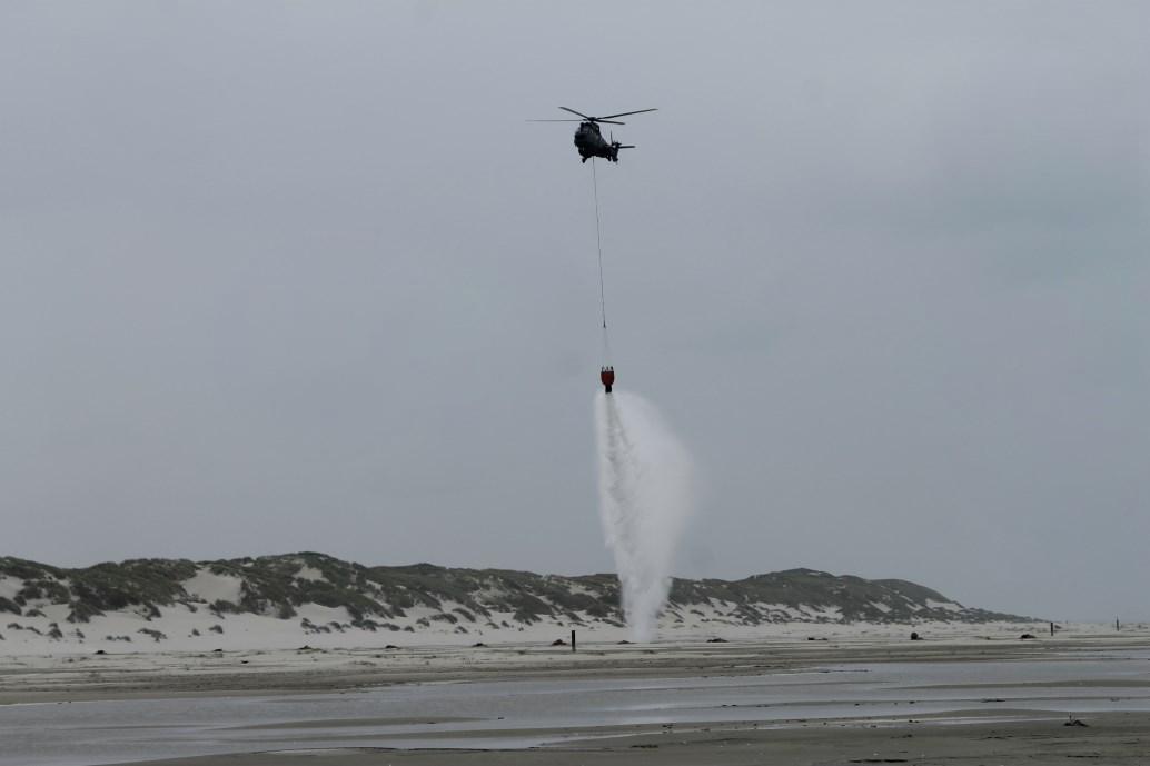 Brandweer en Defensie oefenen met blushelikopters