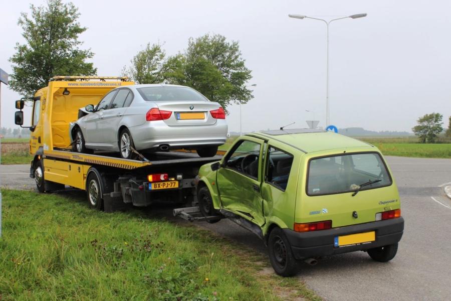 Auto's in botsing op kruispunt