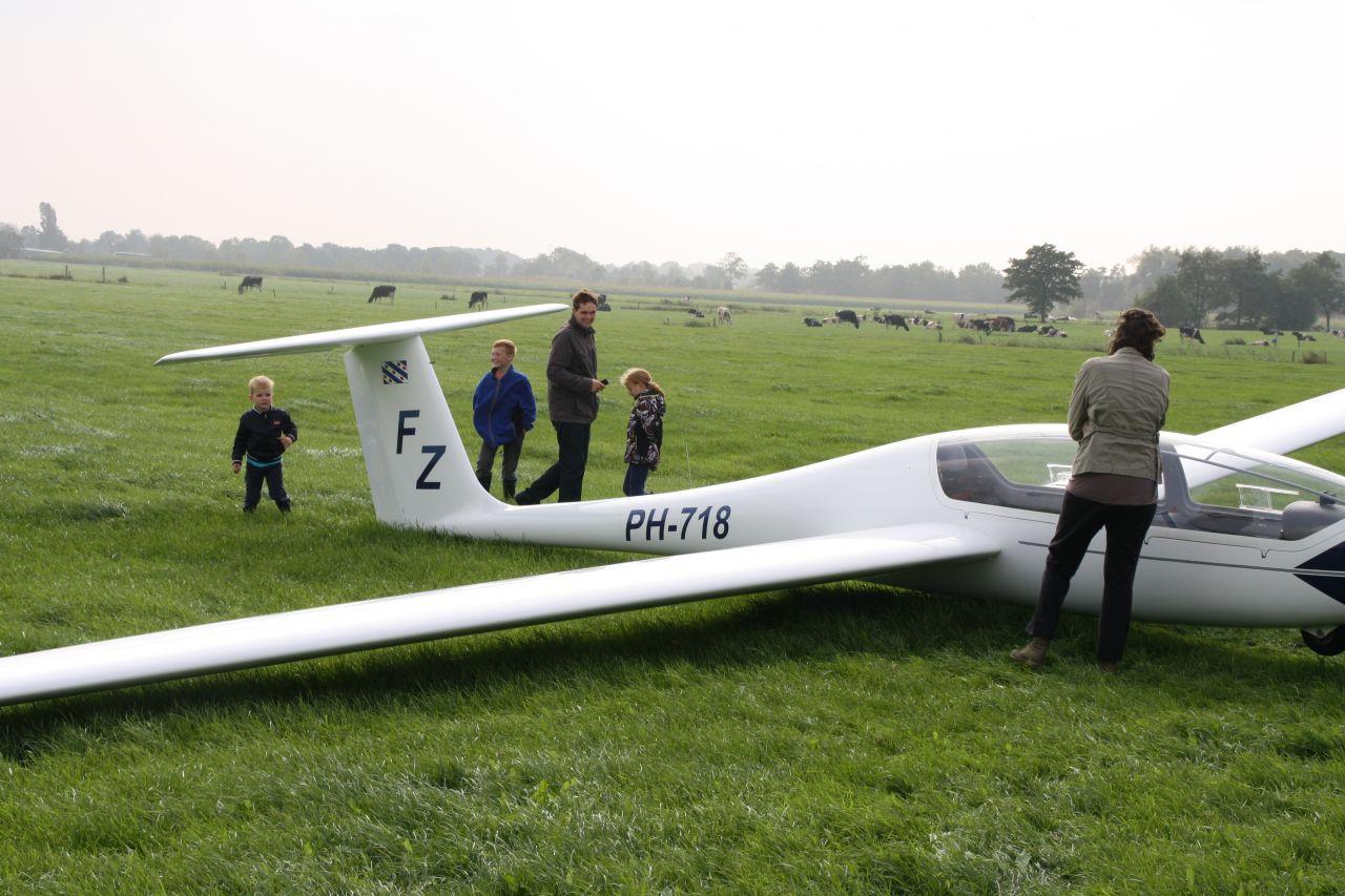 Zweefvliegtuig maakt landing in weiland