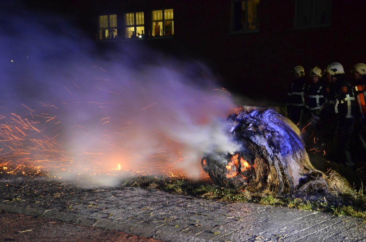 Hooibalen langs de weg in brand