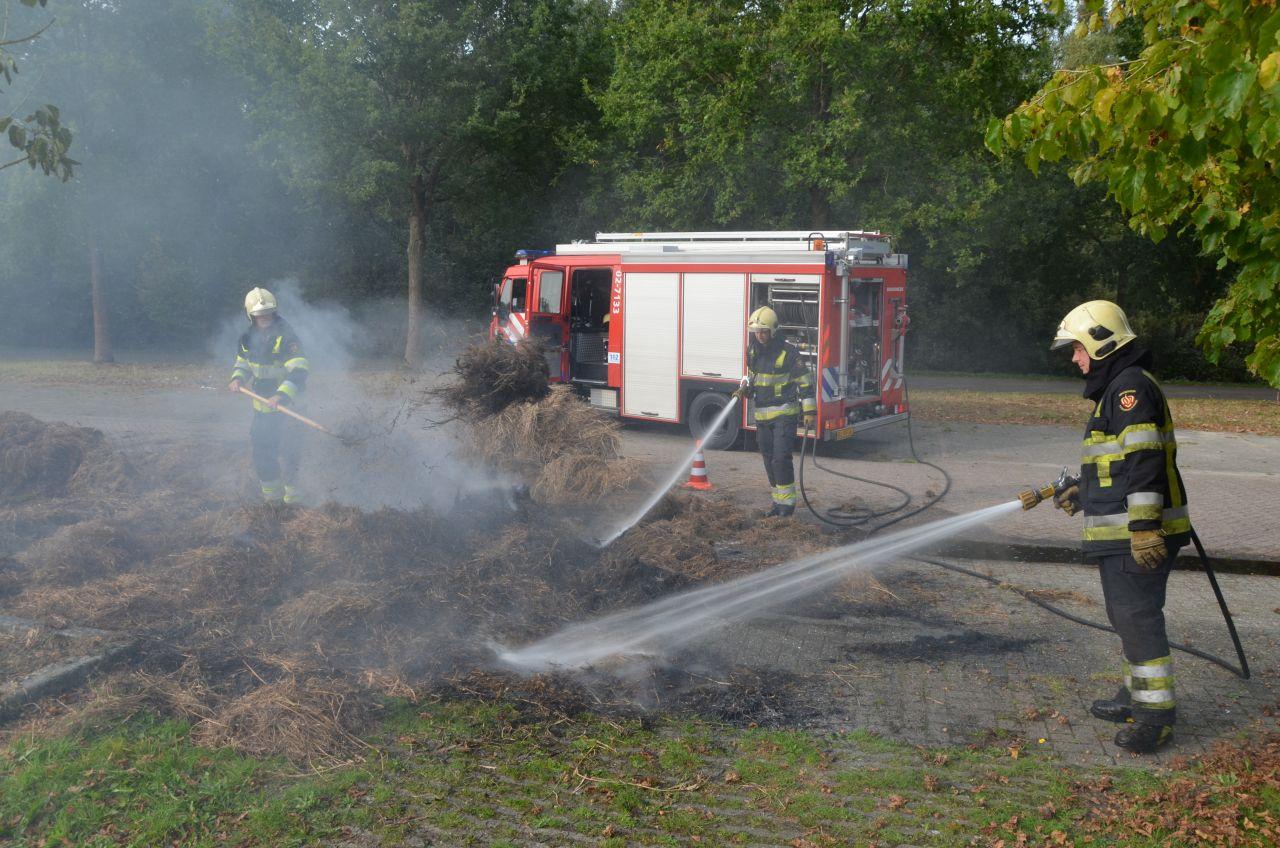 Brandweer twee keer naar brandende hooibalen