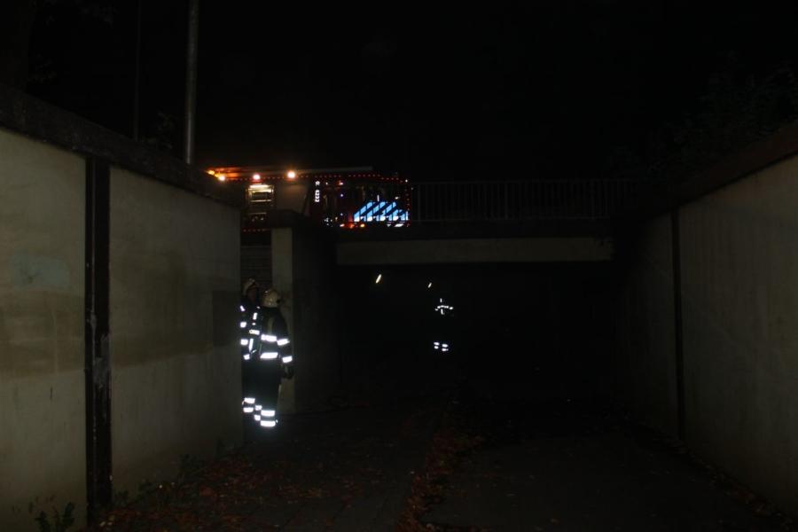 Brandweer blust brand in fietstunnel