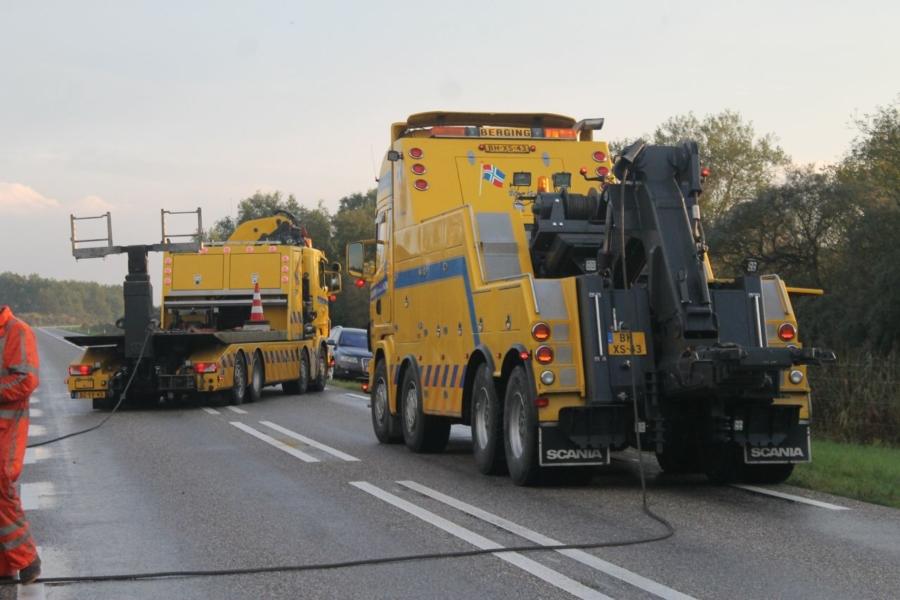Friese vrachtwagen van de weg geraakt