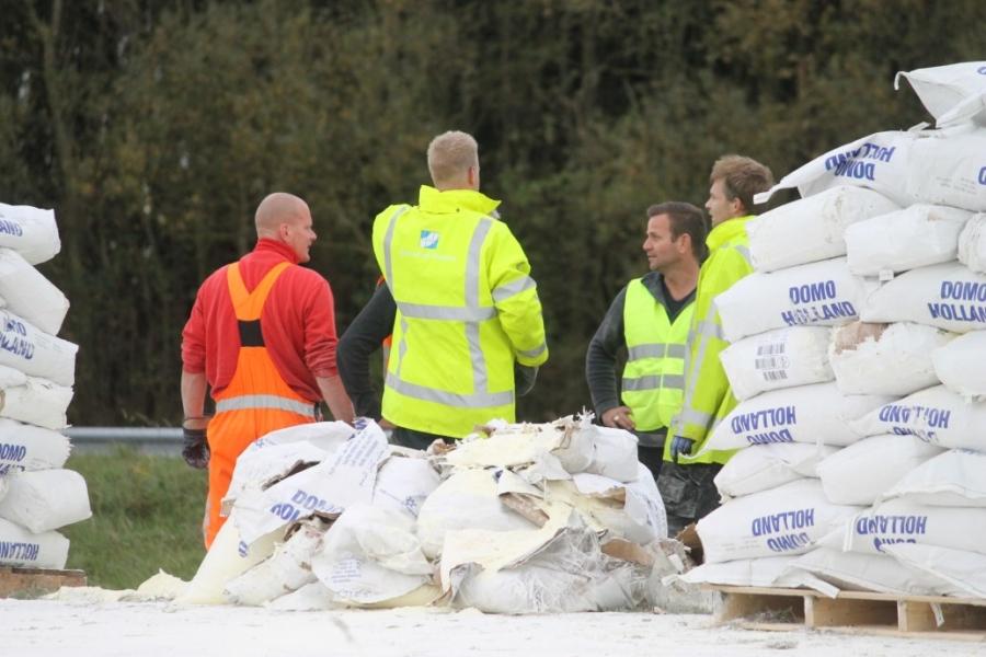 Vrachtwagen verliest honderden zakken melkpoeder