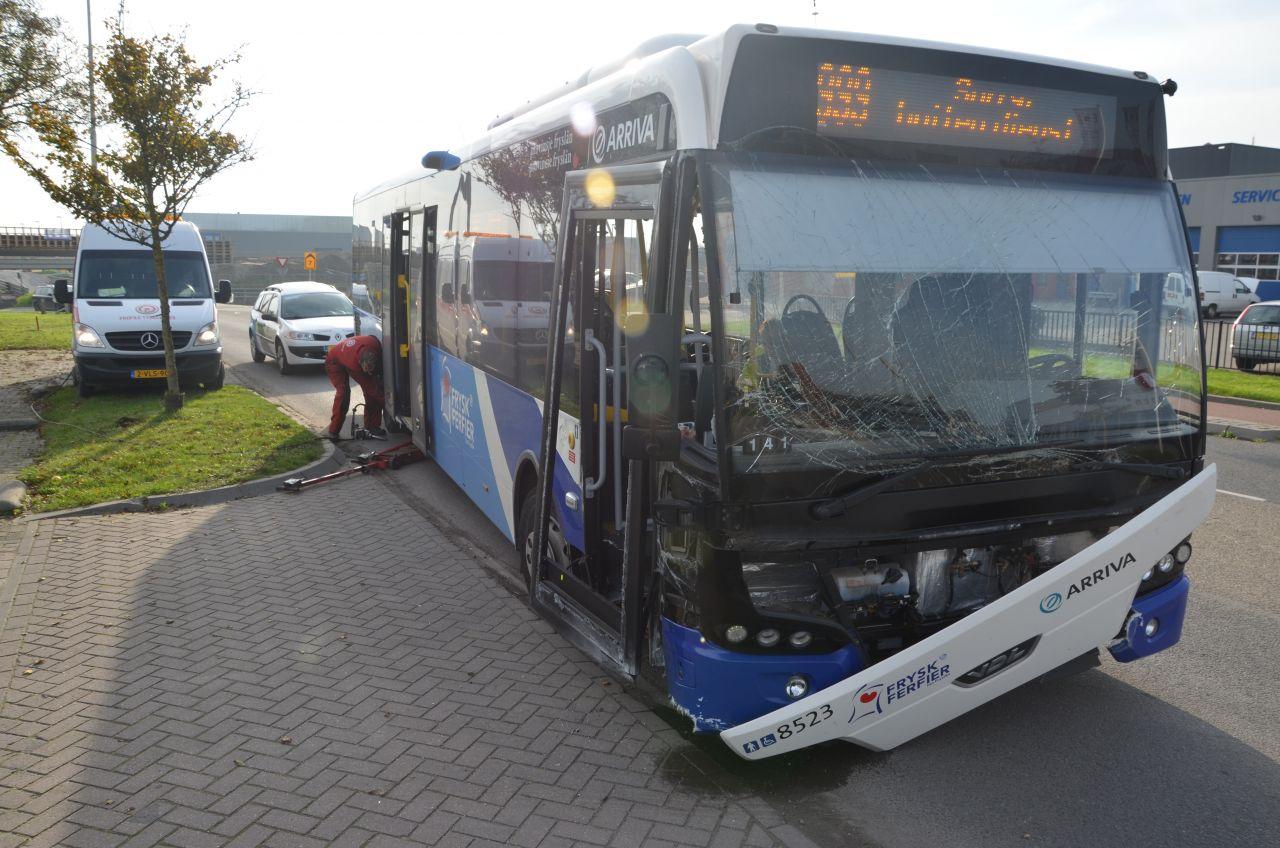 Bus botst op muurtje