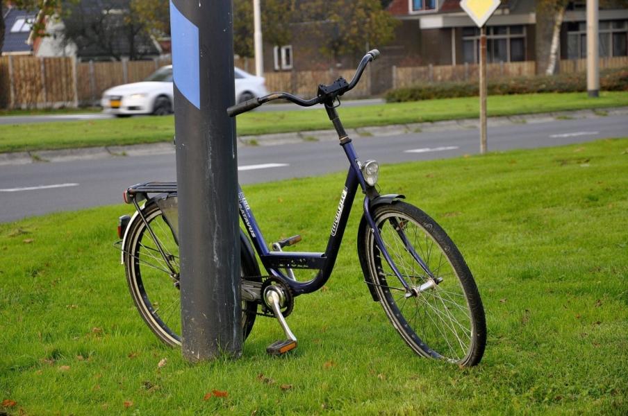 Aanrijding tussen auto en fietser op kruispunt