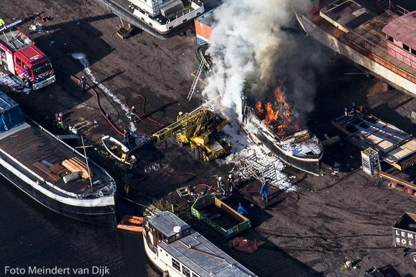 Schip in brand(luchtfoto's)