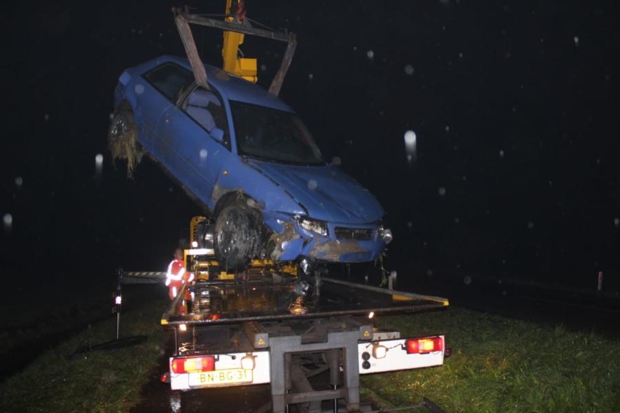 Bestuurder uit te water geraakte auto geknipt