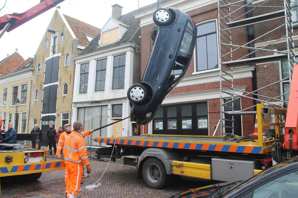 Omstanders redden vrouw uit auto