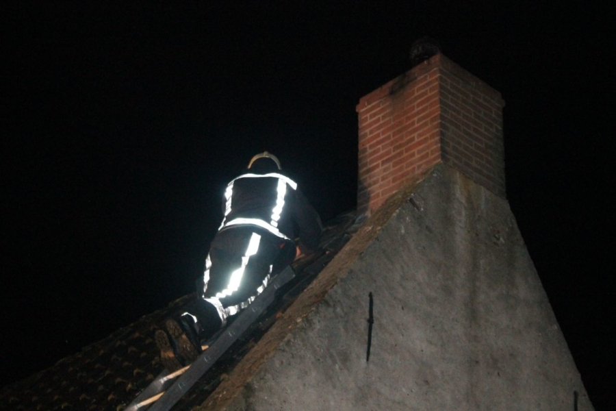 Brand in schoorsteen slaat over naar dak