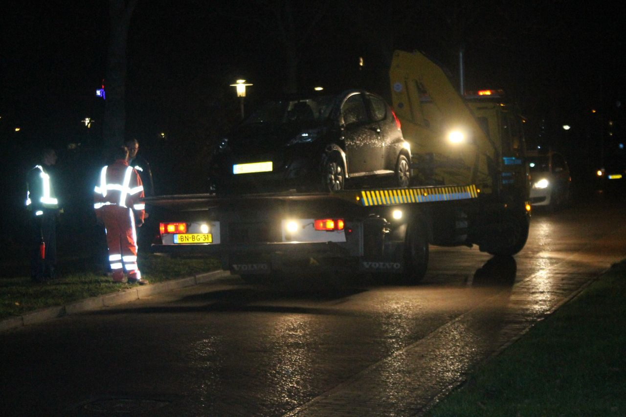 Vrouw belandt met personenauto over de kop