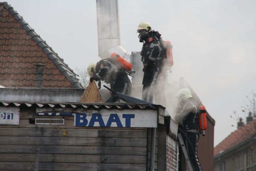 Brand tussen dak bij Oosterse winkel