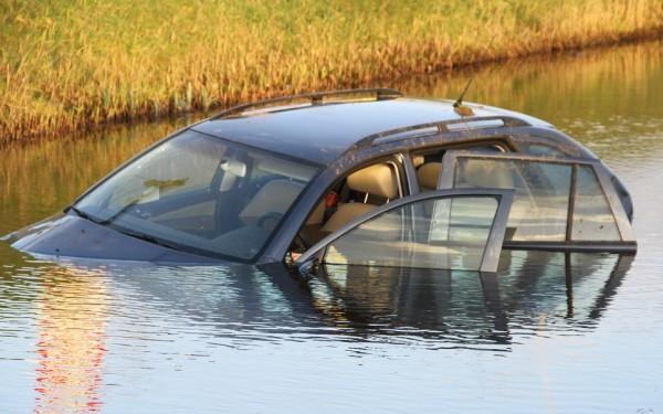 Auto met 3 inzittenden te water