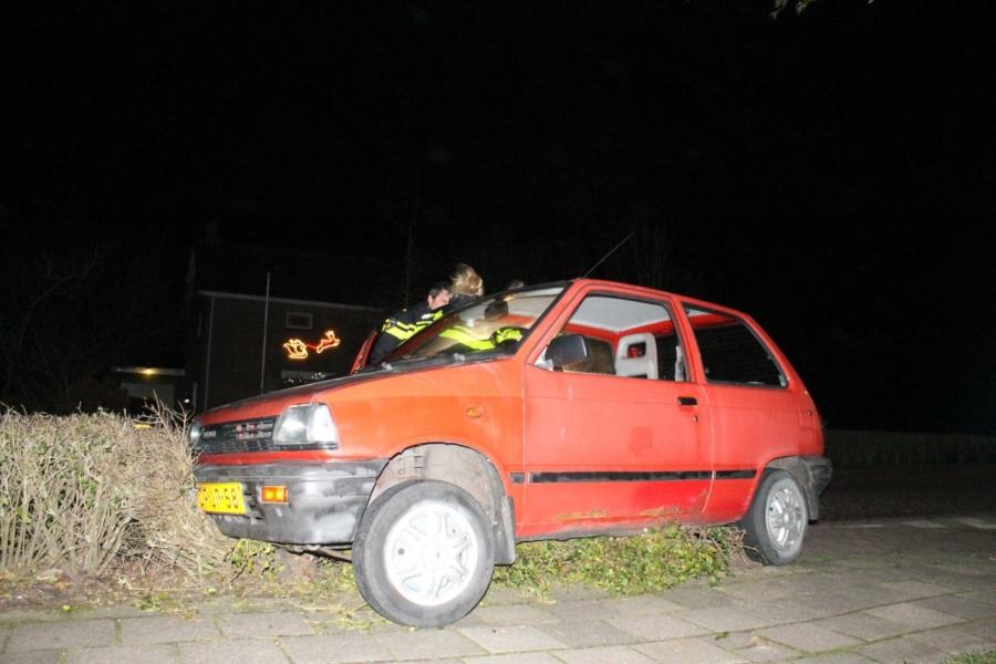 Beschonken man rijdt met auto in struiken