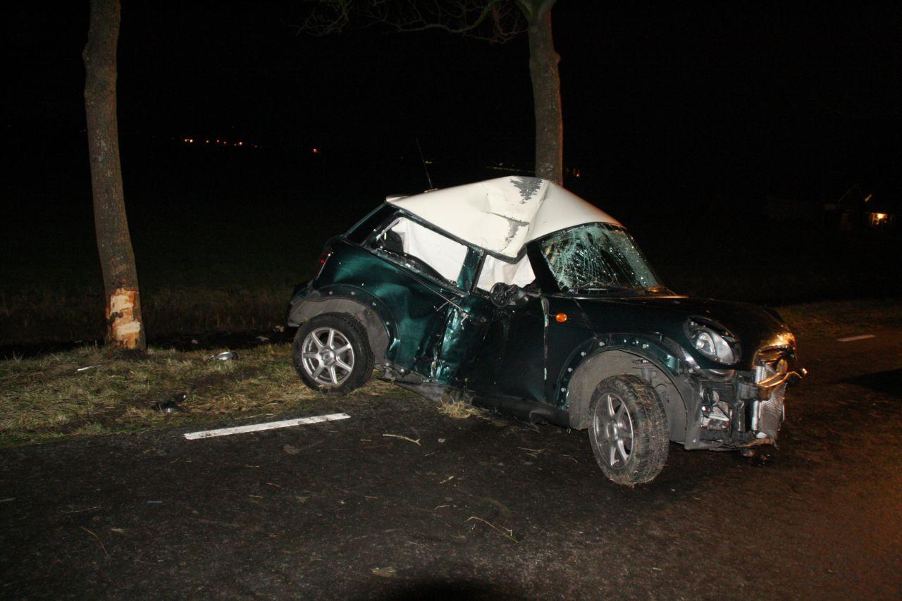 Auto tegen boom: bestuurder bekneld