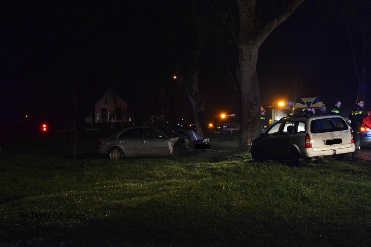 Drie gewonden na botsing met boom