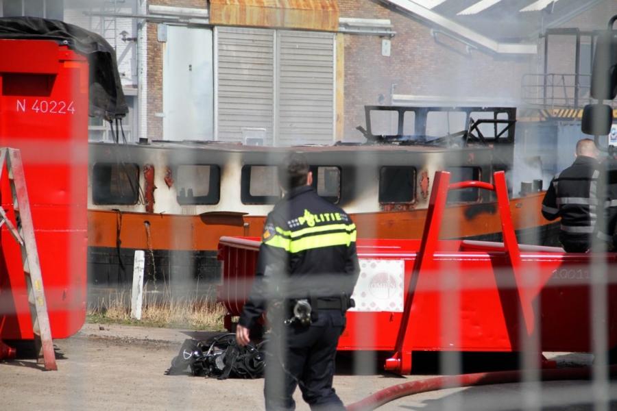 Schip van 25 meter in brand