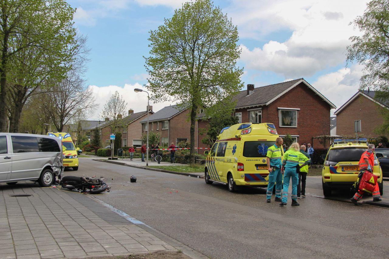 Motorrijder gewond door botsing met rouwauto