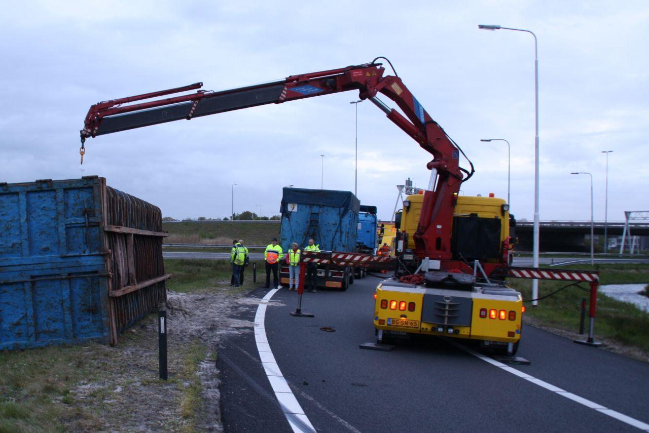 Vrachtwagen met schroot gekanteld