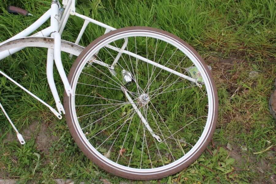 Jongen met voet beknelt in fietswiel
