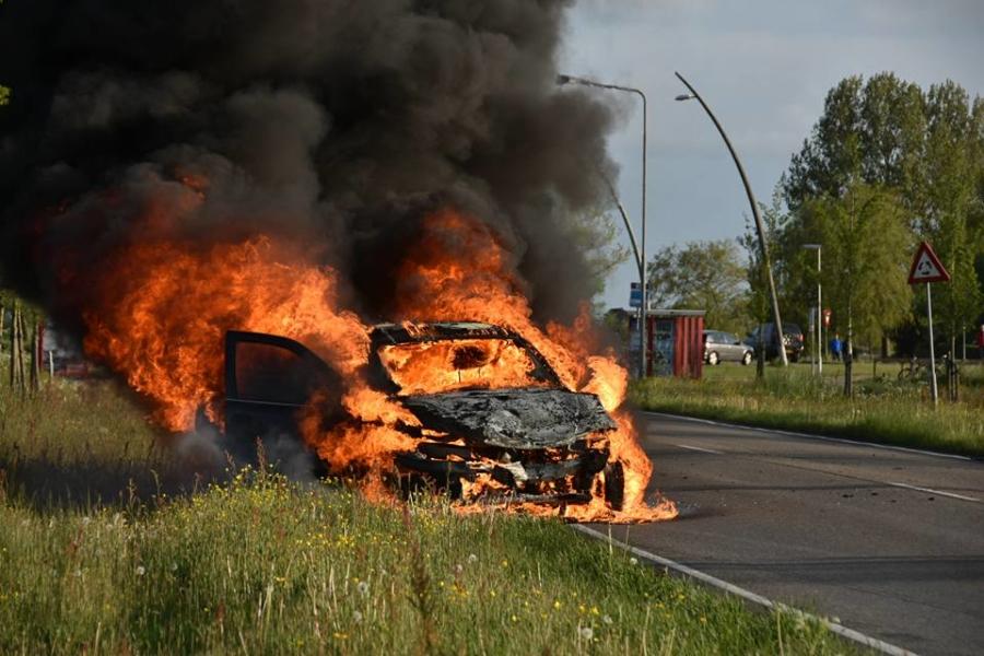Auto vliegt in brand na aanrijding