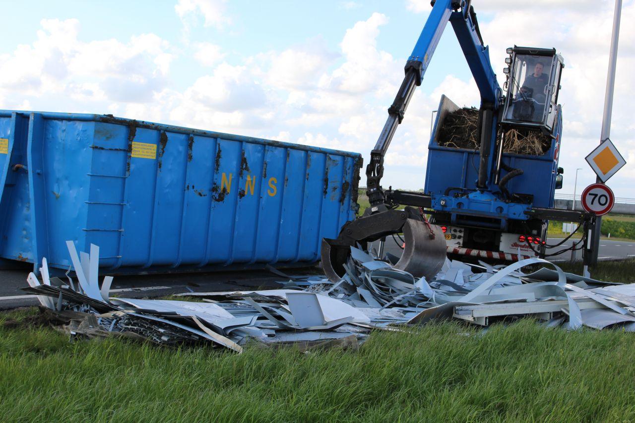 Container met metalen gekanteld