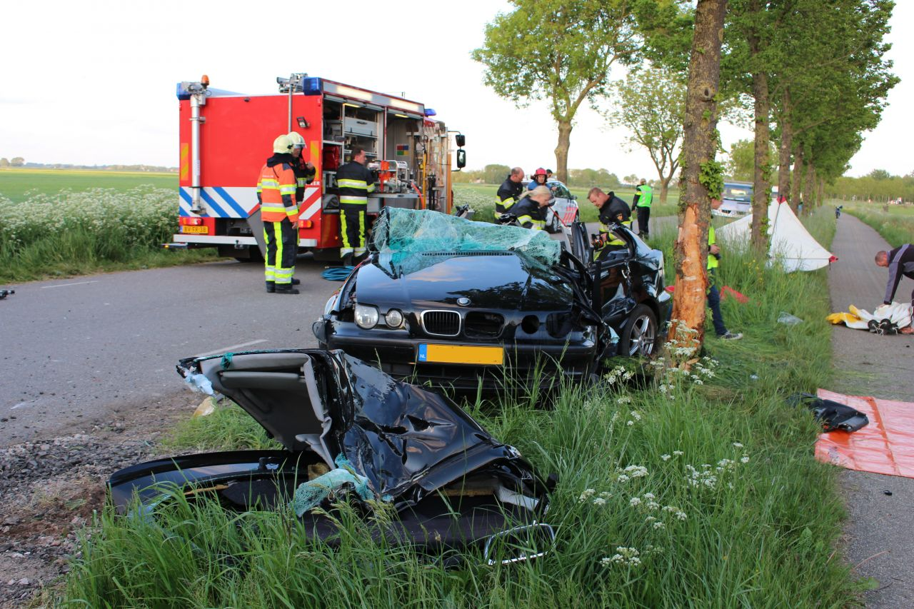 Automobilist gewond na botsing tegen boom