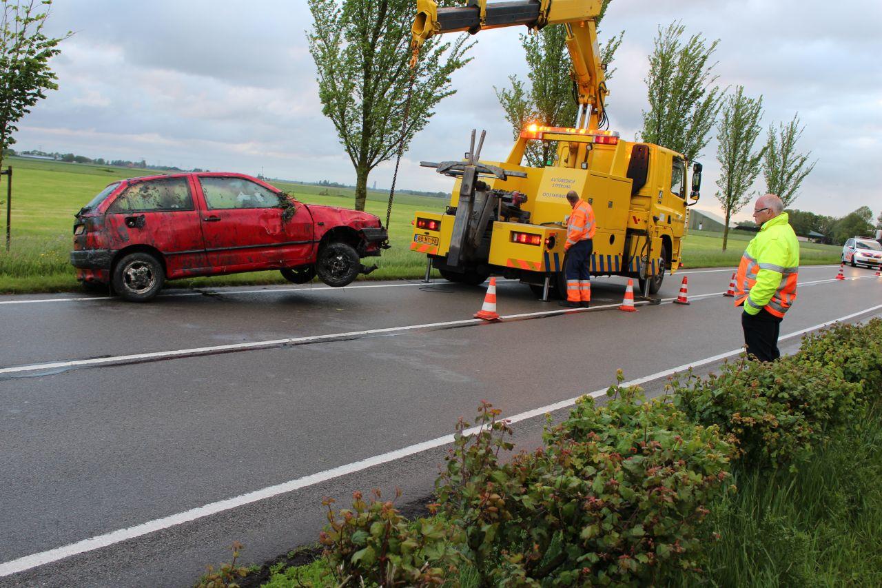 Auto op de kop in sloot N354