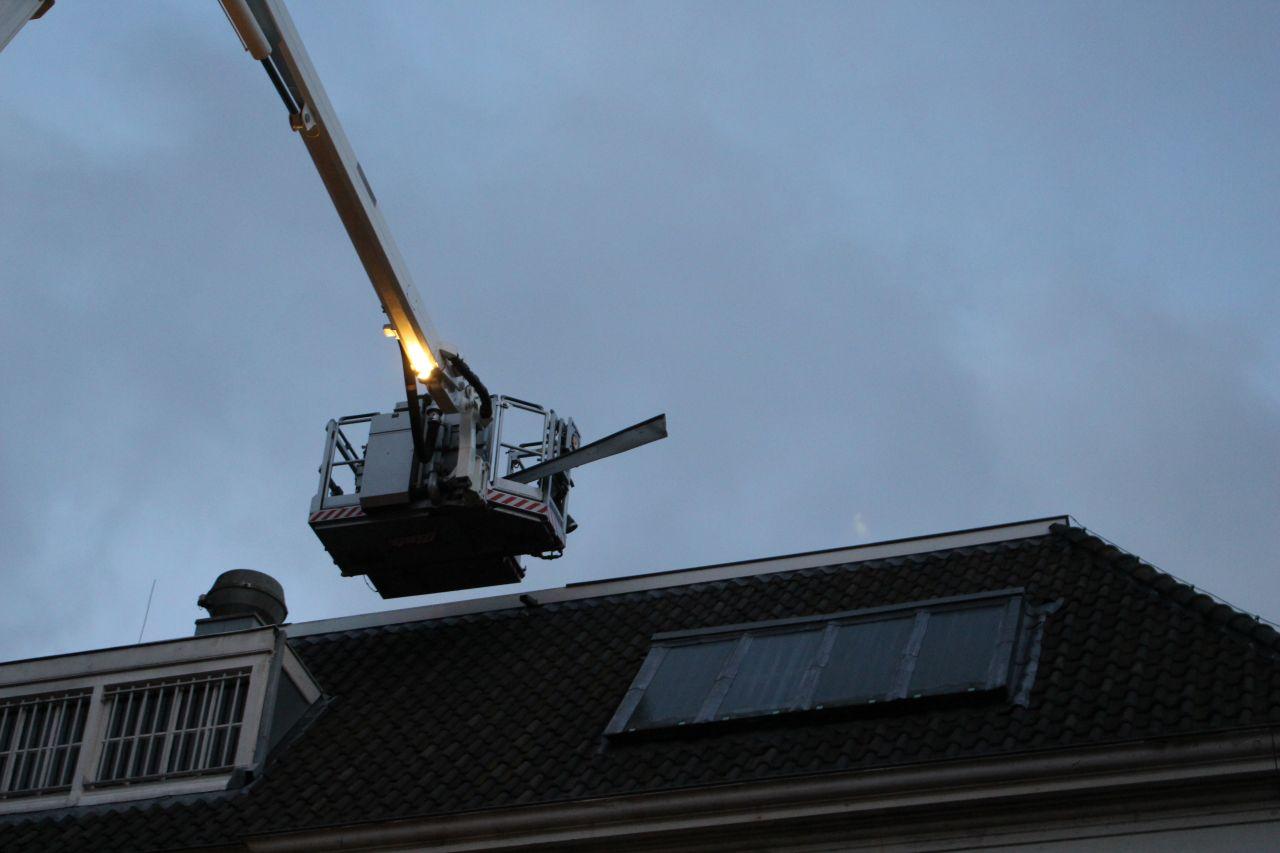 Losse dakplaat bij de Blokhuispoort
