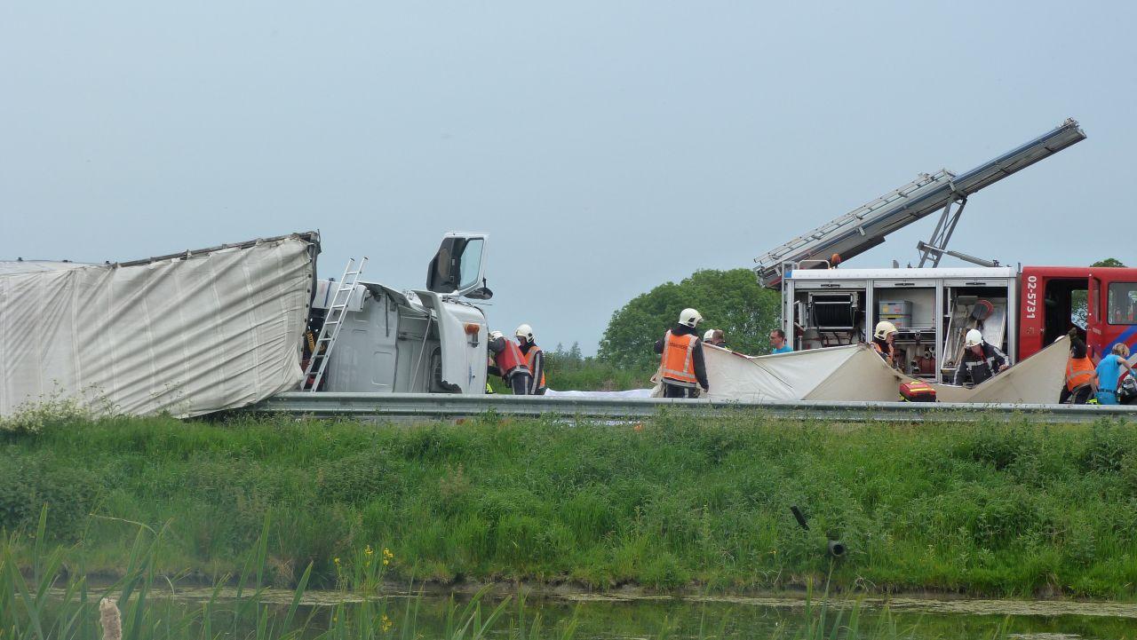 Chauffeur bekneld in gekantelde vrachtwagen