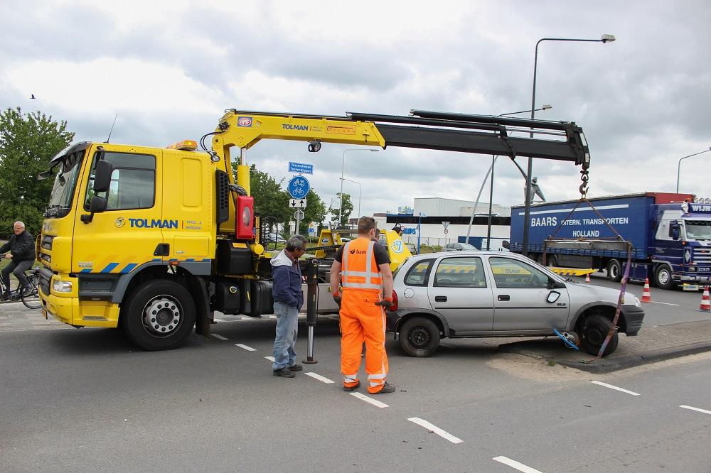 Vrachtwagen botst op auto