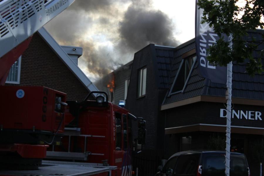 Brandweer bezig met grote brand boven pizzaria