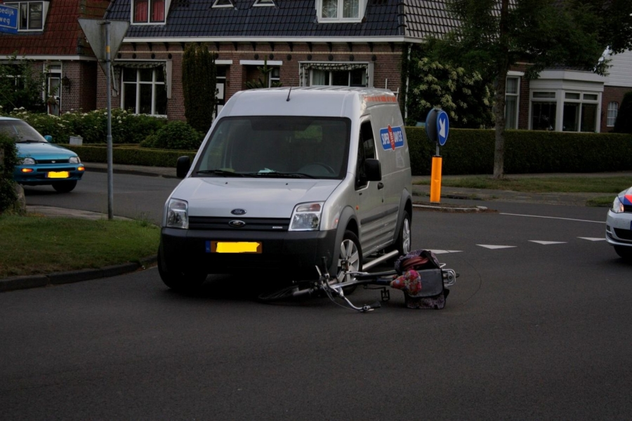 Fietser geschept door auto