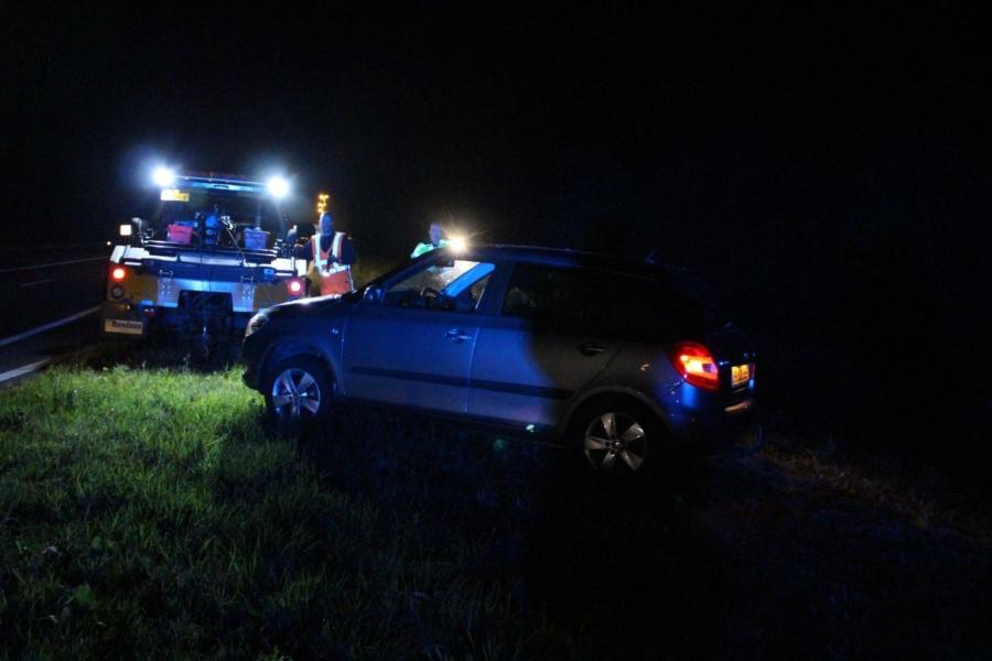 Auto rolt van talud op Waldwei