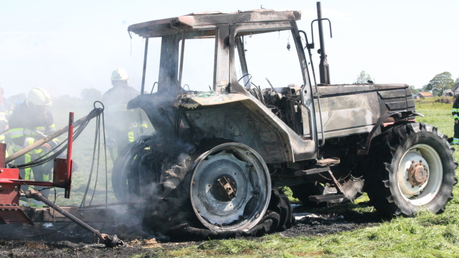 Tractor volledig verwoest door brand