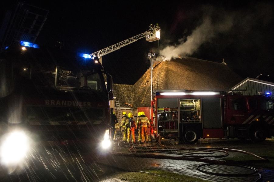 Brand in rieten dak van woonboerderij