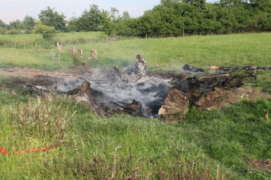 Brandweer blust brand in weiland
