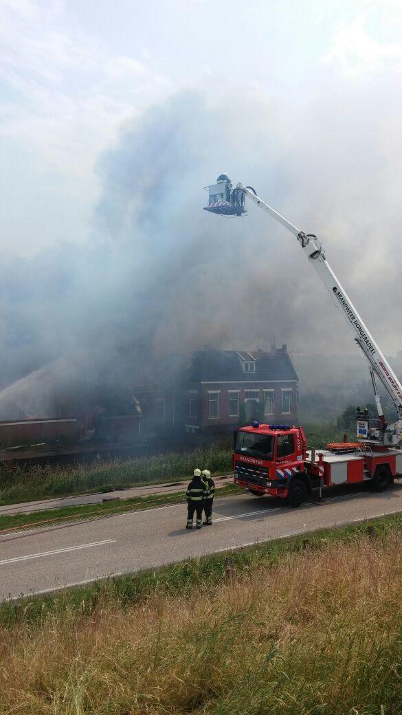 Live 15:05: Grote uitslaande brand boerderij