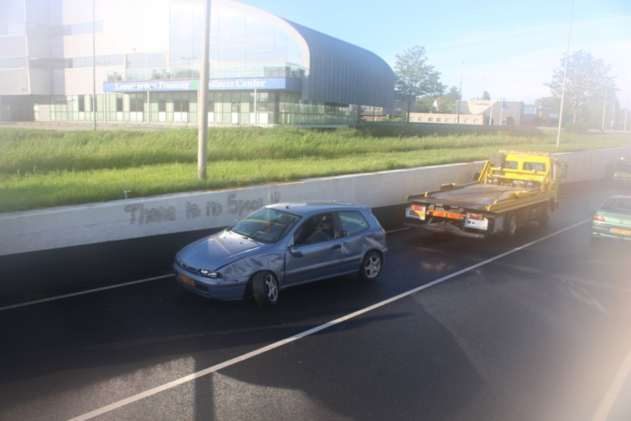 Auto botst tegen tunnelwand