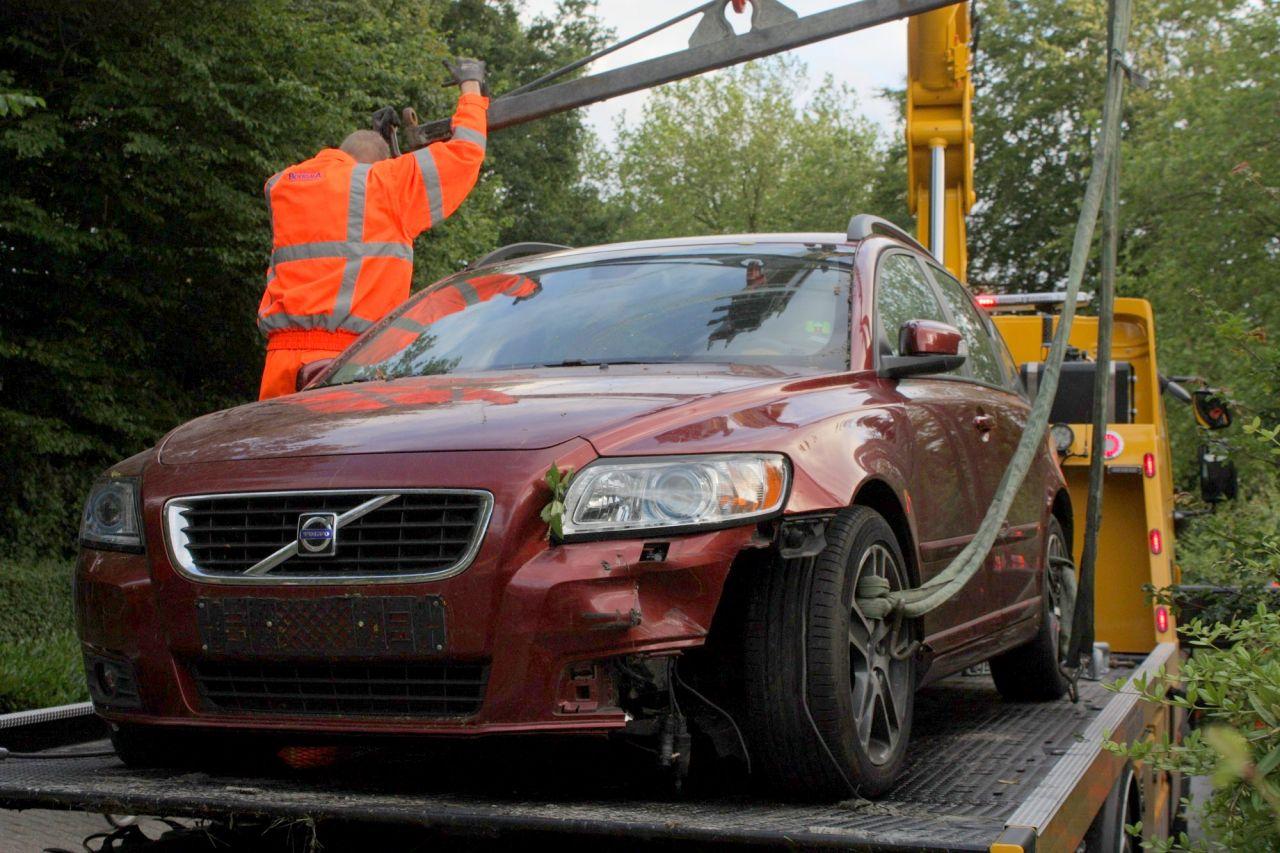Auto belandt in voortuin na onwelwording