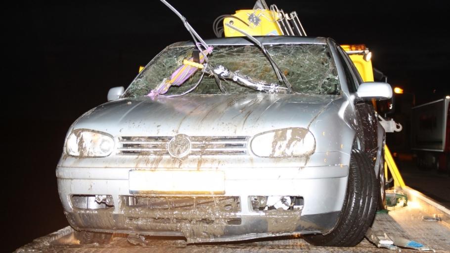 [Foto update] Auto te water: Vrouw overleden