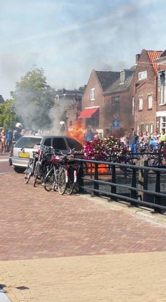 Auto in brand binnenstad  Sneek