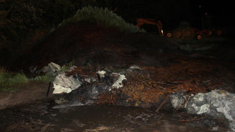 Brandweer in actie voor broeiafval in brand