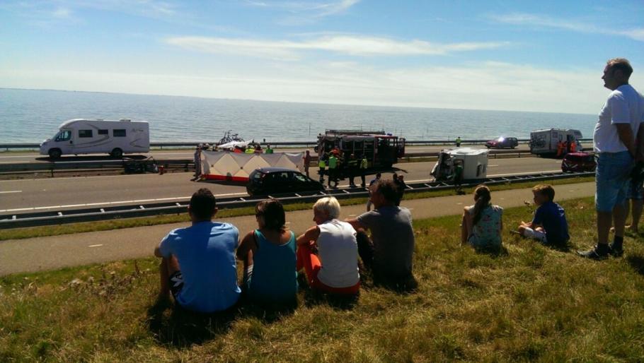 [14:00]Afsluitdijk dicht wegens ernstig ongeval