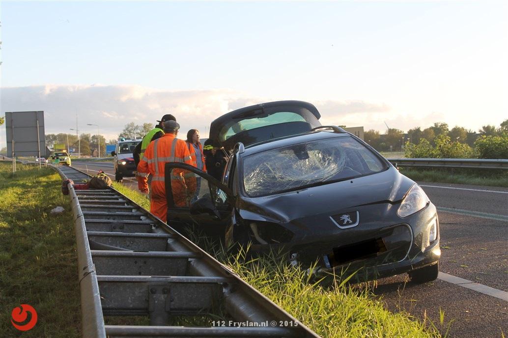Auto verliest achterwiel en botst tegen de vangrail