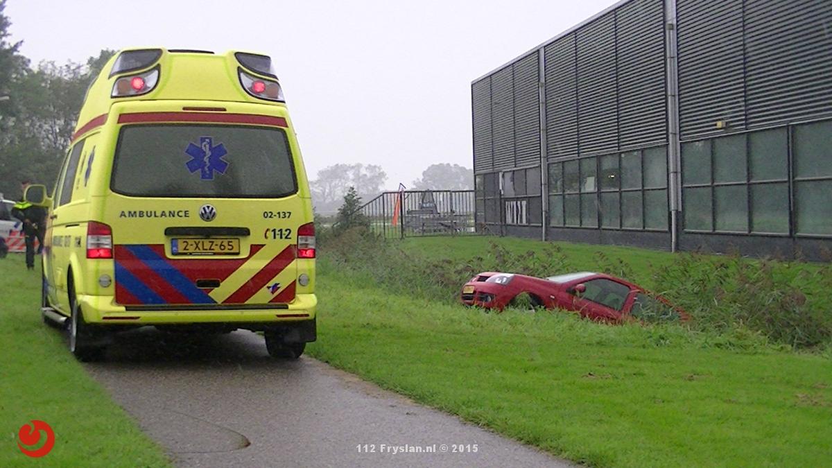 Auto raakt van de weg