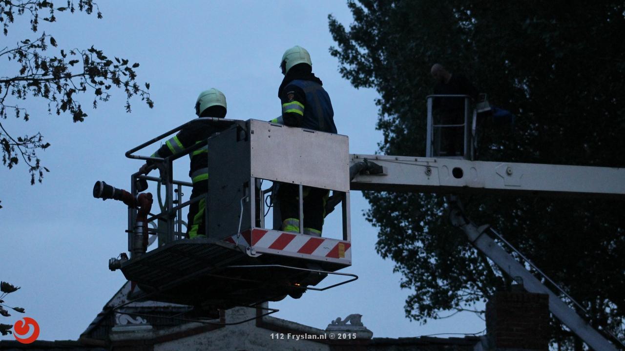 Persoon door brandweer uit hoogwerker gehaald
