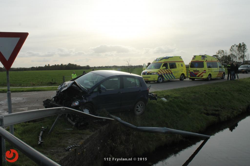 Auto in het water na aanrijding